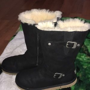 Ugg size 6 if you were a size 7 or 8 you can fit